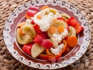 Традиционна (обикновена) царска туршия с червени чушки камби, зелени домати, карфиол, моркови и целина с оцет и захар в буркани
